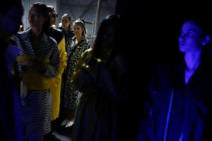 Des mannequins dans les coulisses lors de la Fashion Week de Pékin, le 29 mars.