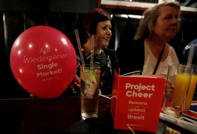 Le Royaume-Uni «ne peut adopter une position jusqu'au-boutiste. D'abord du fait des pressions des lobbys d'affaires britanniques eux-mêmes. Ensuite en raison du risque d'isolement dans lequel le pays se trouverait » (Photo: militants pro-brexit dans un pub de Londres, le 29 mars).