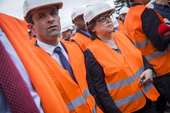 Benoît Hamon, candidat PS à la présidentielle2017, et Martine Aubry visitent l'usine Titagarth Wagons AFR (TWA) à Douai, mercredi 29 mars.
