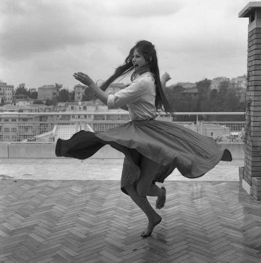 La photo originale de Claudia Cardinale dansant sur un toit de Rome, en 1959.