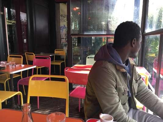Dans un café parisien, Omar raconte son émigration de Gambie jusqu'en France, où il est arrivé enmars2014.