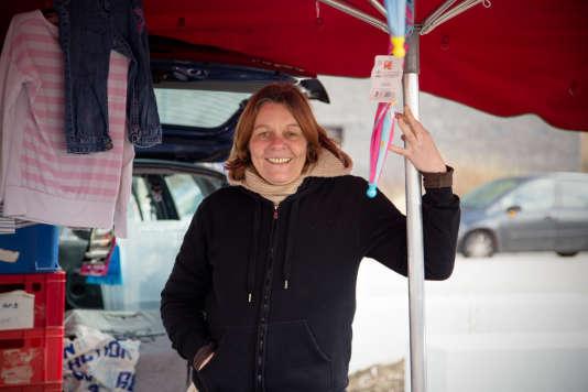 Quartier des Trois Ponts à Roubaix. Petit marché sur la place de la Citoyenneté. Stéphanie Banek, commerçante, 41 ans.