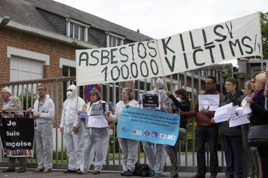 Manifestation devant l'usine Eternit de Kapelle-op-den-Bos, le 23 juin 2015.