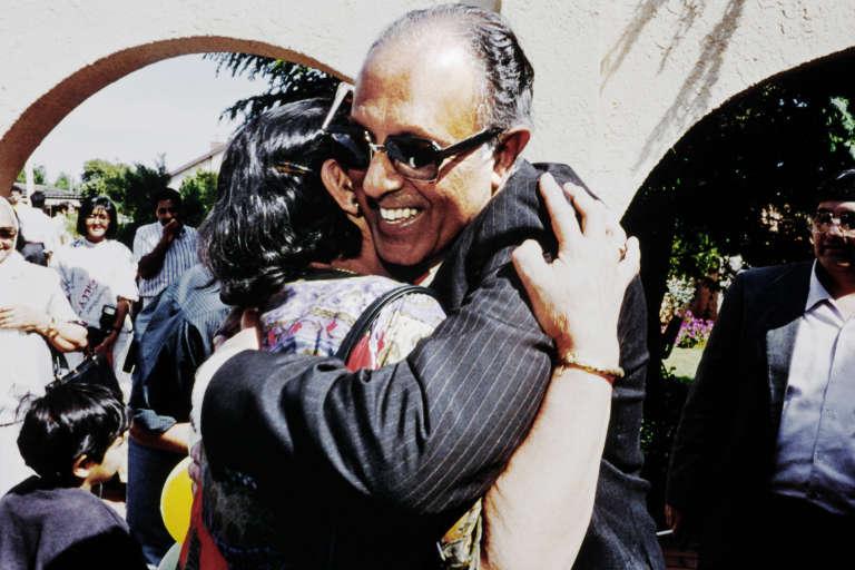 Le militant anti-apartheid Ahmed Kathrada à sa libération de prison, le 15 octobre 1989.