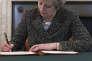 La première ministre britannique Theresa May signant, le 28 mars dans son bureau, la lettre au président du Conseil européen, Donald Tusk, invoquant l'article 50 du traité de Lisbonne.