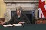 «Theresa May, en mettant en scène son paraphe de la lettre au président du Conseil européen, Donald Tusk – sa pose devant l'Union Jack a été diffusée par tous les médias» (Photo: la première ministre le 28 mars ).