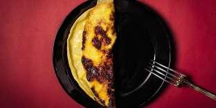 Une omelette sucrée-salée pliée en deux comme un chausson.