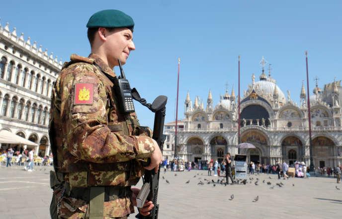 Un militaire italien patrouillant sur la place Saint-Marc, à Venise, le 30mars 2017.