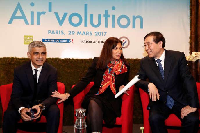 Sadiq Khan, maire de Londres, Anne Hidalgo, maire de Paris et Park Won-soon, maire de Séoul à l'hôtel de ville de Paris, le 29 mars.