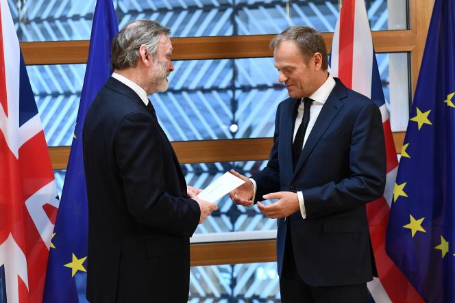 Tim Barrow (à g.), représentant permanent du Royaume-Uni auprès de 'Union européenne, remet la missive de Theresa May à Donald Tusk, à Bruxelles, le 29 mars.