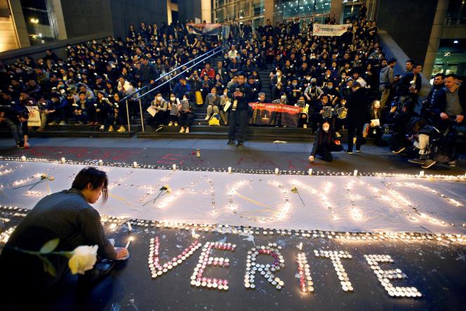 Des membres de la communauté chinoise lors d'une manifestation place de la Bastille le 30 mars.