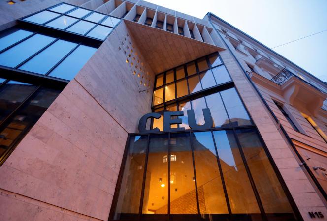 Façade extérieure de l'Univesité d'Europe centrale, fondée et financée par le milliardaire et philanthrope George Soros, à Budapest, le 7 mars.