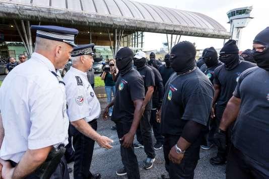 Des membres des 500 Frères à l'aéroport Félix-Eboué de Cayenne, le 29 mars.