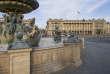 L'imposante façade à péristyle de l'hôtel de la Marine, bâti sous Louis XV, sur la place de la Concorde à Paris, vue depuis la Fontaine des fleuves.