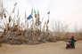Une femme prie devant la tombe de l'imam Asim, près du village de Jiya dans le désert du Taklamakan, le 21 mars.
