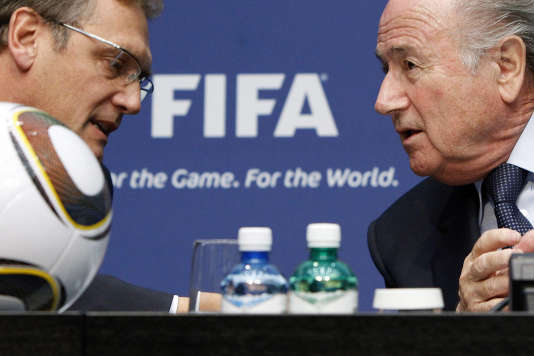 Le 29 octobre 2010 à Zurich, le président suisse de la FIFA, Sepp Blatter (à droite), est en discussion avec son secrétaire général, le Français Jérôme Valcke.