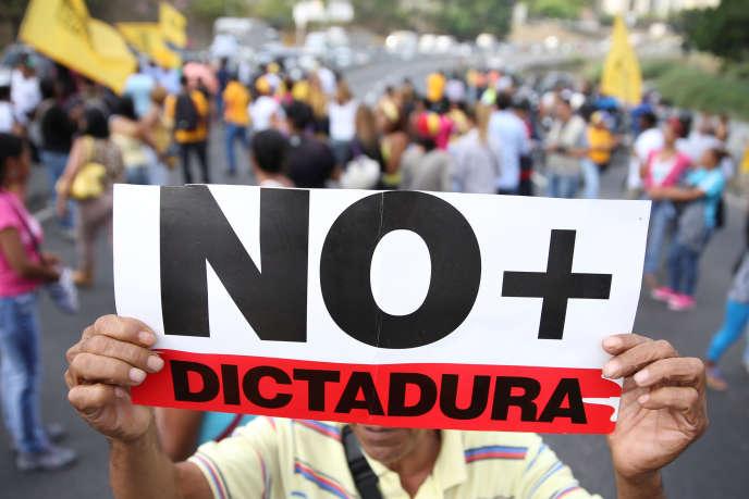 Des opposants manifestent, le 31 mars à Caracas, au Venezuela.