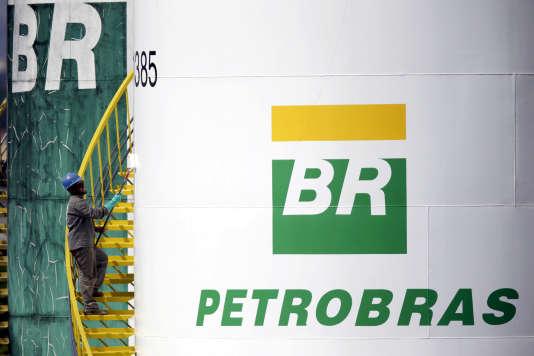 Un employé peint un réservoir de la compagnie pétrolière d'Etat brésilienne Petrobras, à Brasilia, la capitale, le 30 septembre 2015.