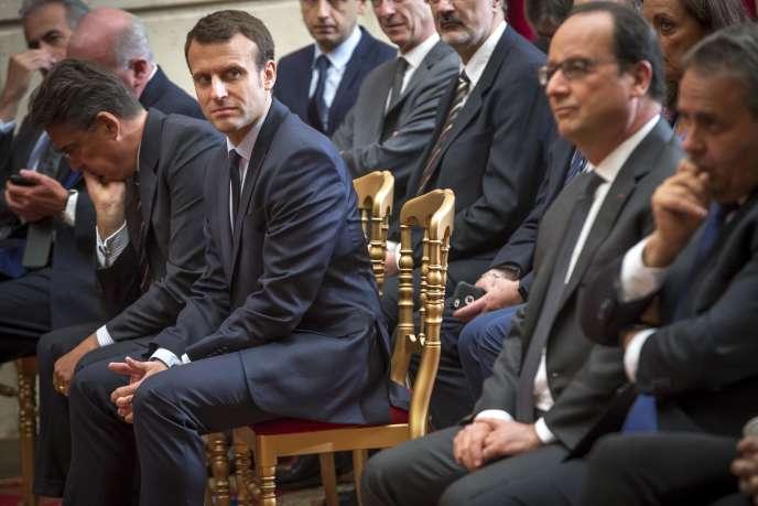 Emmanuel Macron et François Hollande au palais de l'Elysée, le 24 mai 2016.