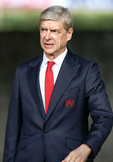 Rien ne va plus. À Arsenal, Arsène Wenger est de plus en plus contesté, voire conspué. Mais, alors, pourquoi arbore-t-il une veste noire à un bouton, aux revers pointe, plus taillée pour les soirées de fête que les journées ordinaires au boulot ? Peut-être parce qu'il pense que la partie n'est pas terminée. La party, non plus.