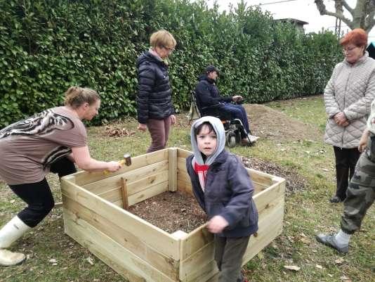Aménagement d'un jardin partagé par les riverains du quartier Liberté à Aix-les- Bains (Savoie), adhérents de l'association Chers Voisins.