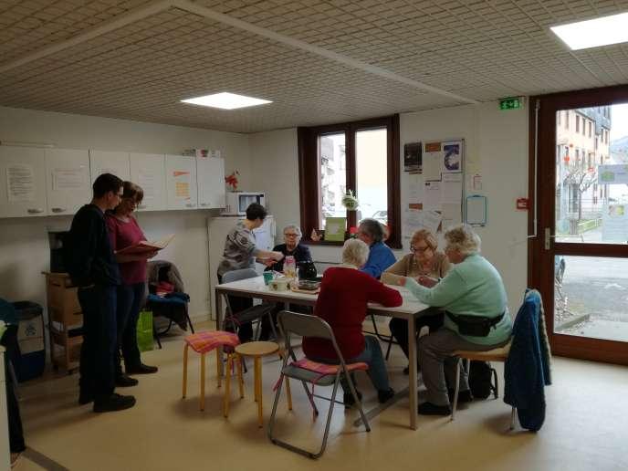 Pause-café entre riverains du quartier Liberté à Aix-les-Bains (Savoie), à la Maison des projets de l'association Chers Voisins.