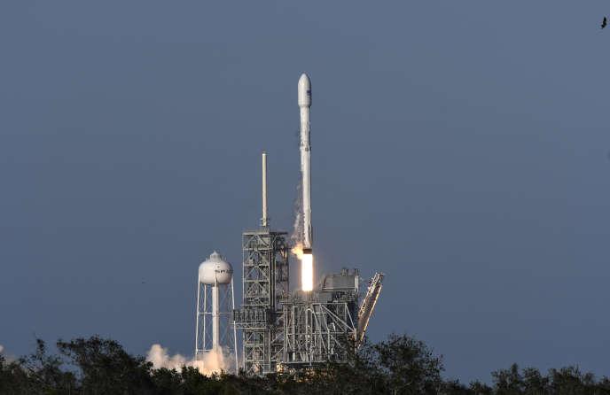 La fusée Falcon 9 de Space X décolle du Centre spatial Kennedy (Floride), le 30 mars.