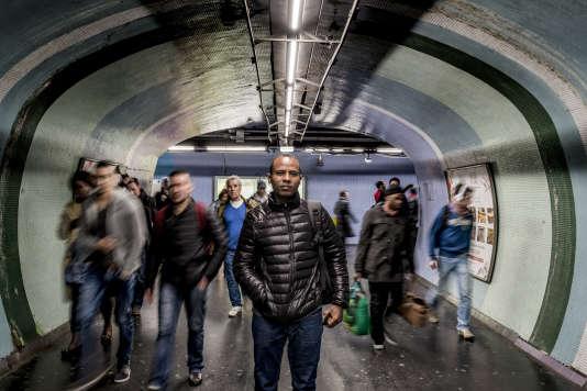 Merhawi reprend le métro à la gare de Lyon, sur le chemin du retour, après son rendez-vous à l'Ofpra pour sa demande d'asile.
