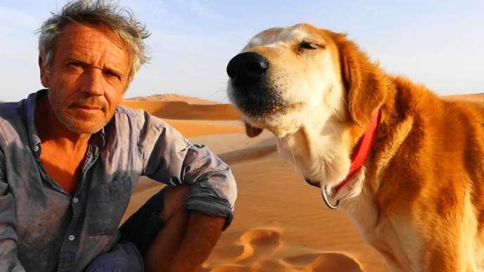 Gauthier Toulemonde et sa chienne Looki au milieu des dunes.