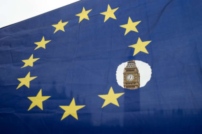Le drapeau européen brandi par un manifestant opposé au Brexit, le 29mars2017, à Londres, devant le Parlement britannique.