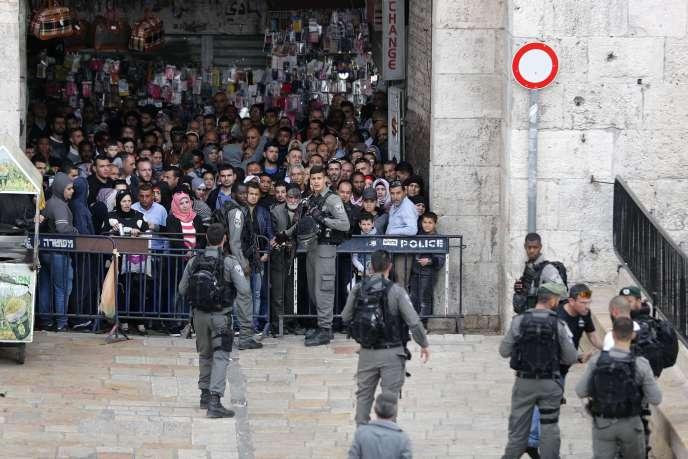 Peu après, des Palestiniens ont jeté des pierres sur des policiers qui ont répondu par des grenades assourdissantes.