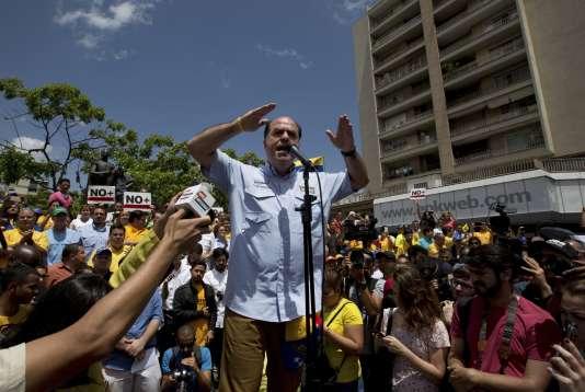 Le président de l'Assemblée nationale, Julio Borges, a improvisé une session publique en plein air, sur une place de la capitale, samedi 1er avril.