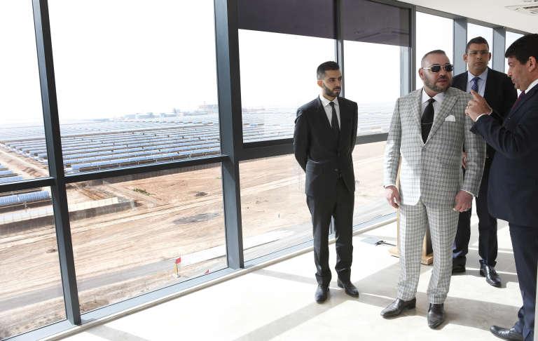 Le roi du Maroc, Mohammed VI (en costume gris) lors de l'inauguration de la centrale solaire NoorOuarzazate 4, le 1er avril.