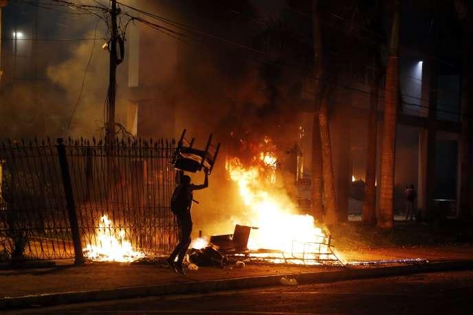 Des manifestants brûlent des chaises à l'extérieur du bâtiment du Congrès paraguayen, dans la nuit de vendredi31 mars au samedi 1er avril.