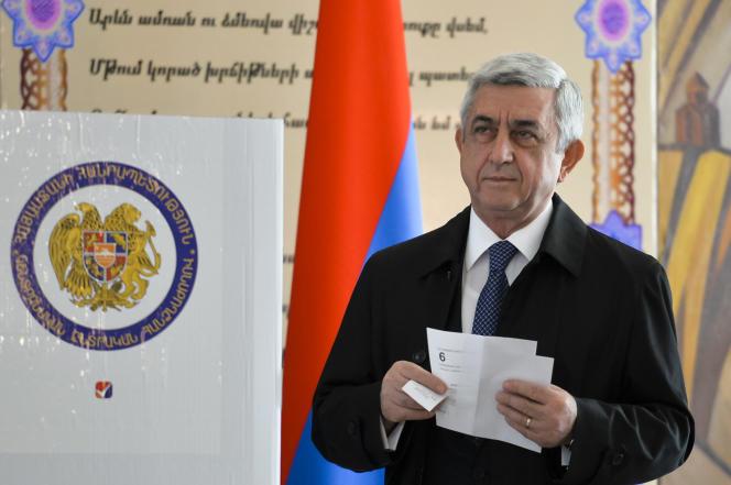 Le président Serge Sarkissian s'apprête à voter aux élections législatives en Arménie, à Erevan, le dimanche 2 avril.