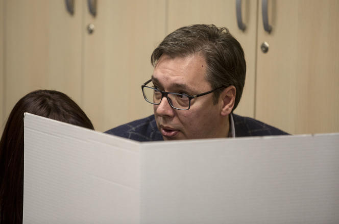 Presidential candidate and Serbian Prime Minister Aleksandar Vucic (C) casts his ballot at a polling station in Belgrade on April 2, 2017. Serbians head to the polls to elect a new president, with strongman Aleksandar Vucic hoping to tighten his grip on power amid opposition accusations he is shifting the country to authoritarian rule. / AFP / OLIVER BUNIC