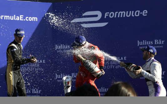 Jean-Eric Vergne (Techeetah), à gauche, Sam Bird (DS Virgin Racing), à droite, et Lucas Di Grassi (ABT Schaeffler Audi Sport), célèbrent leur podium, le 1er avril à Mexico.