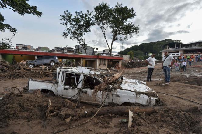 Les habitants observent les dégâts qu'a provoqués le passage d'une vague d'eau boueuse, à Mocoa, le 1er avril.