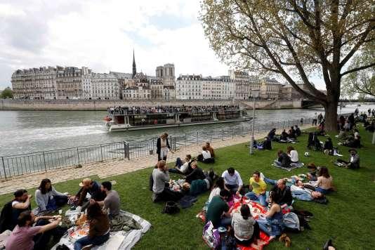 Sur les bords de Seine, nouvellement aménagés, à Paris, dimanche 2 avril.