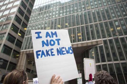Un panneau« Je ne suis pas une fausse information», lors d'une manifestation en Pennsylvanie, en février2017.