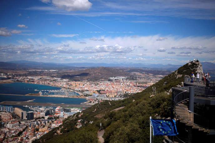 La ville de La Linea de la Concepcion, l'aéroport International de Gibraltar et son Rocher, le 14 setembre 2016.