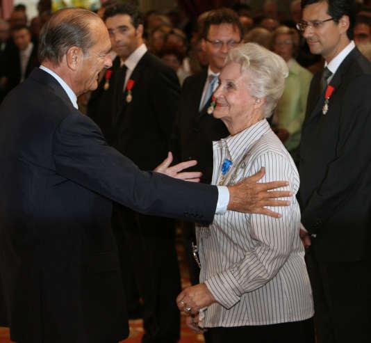 Le président Jacques Chirac félicite la sociologue Evelyne Sullerot élevée à la dignité de grand officier de l'ordre national du Mérite, le 8septembre 2006 au palais de l'Elysée à Paris.