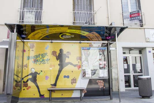 Rue Ampère à Grenoble, une des réalisations de Chrono en marche ! : un Abribus customisé avec des éléments identitaires du quartier.