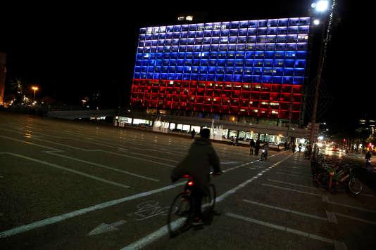 La mairie de Tel-Aviv aux couleurs de la Russie après l'attaque de Saint-Pétersbourg, le 3 avril.
