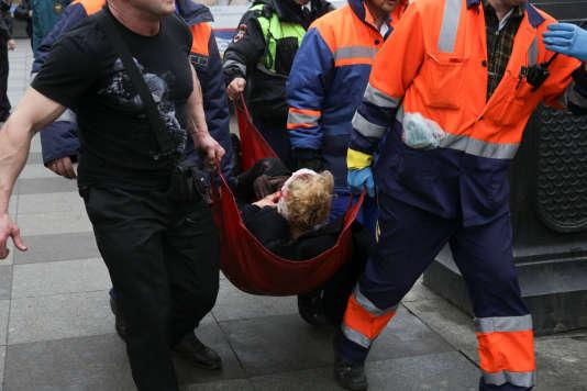 Les secours se sont mobilisés pour évacuer les blessés à proximité de la station de métro Place-Sennaïa, à Saint-Pétersbourg, le 3 avril.