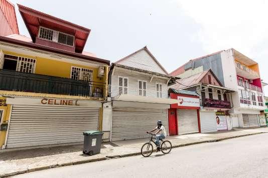 Les commerces de Cayenne, en Guyane, ont baissé leur rideau en guise de protestation lors des négociations entre les militants et le gouvernement, le 3 avril.