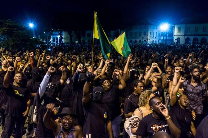 Rassemblement devant la préfecture de Guyane, à Cayenne, dimanche 2 avril.