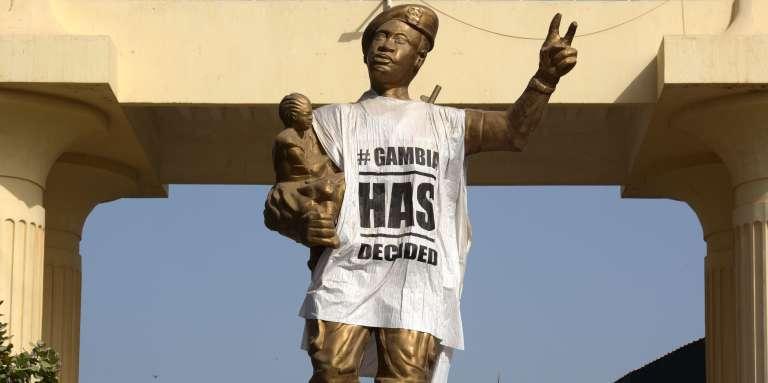 A Banjul, une statue commémorant le coup d'Etat du 22juillet 1994, par lequel Yahya Jammeh était arrivé au pouvoir, est recouverte d'un T-shirt sur lequel est inscrit « La Gambie a décidé».