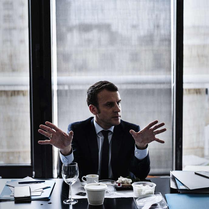 A Paris, au siège de campagne d'Emmanuel Macron, vendredi 31 mars.