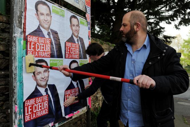 Collage d'affiches pour le candidat du PS Benoît Hamon à Quimper (Finistère) le 1er avril.